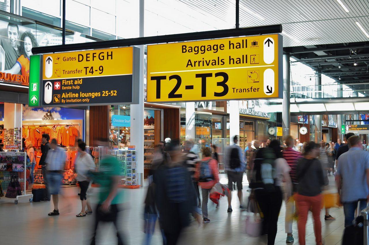 Ein Terminal eines Flughafens mit vorbeieilenden Reisenden